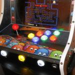 Bedienpult, mit Pacman-Motiv, durch und Acrylpatte geschützt